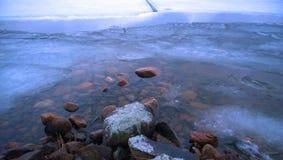 Eisiger Strand in Mittel-Finnland lizenzfreies stockbild