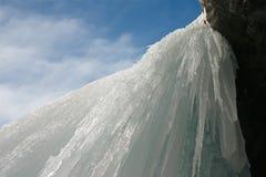 Eisiger Wasserfall stockfotos