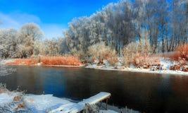 Eisiger Wintermorgen auf dem Fluss Lizenzfreies Stockfoto