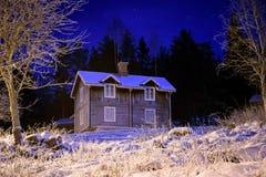 Eisiges altes Haus nachts Stockfotografie