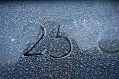 Eisiges Glas und Zeichen auf ihm das Konzept des kühlen Wetters Lizenzfreies Stockbild