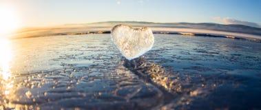 Eisiges Herz in einem Sprung angesichts des Sonnenuntergangs See Baikal Lizenzfreie Stockbilder