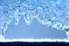 Eisiges Muster auf Fensterglas Stockbild