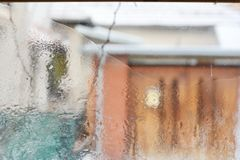 Eisiges Muster auf Glaswinterfenster, Blick durch Glas Stockbild
