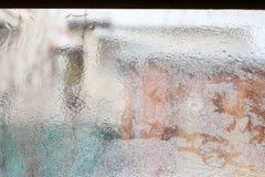 Eisiges Muster auf Glaswinterfenster, Blick durch Glas Lizenzfreies Stockbild