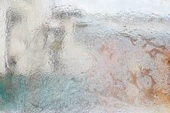 Eisiges Muster auf Glaswinterfenster, Blick durch Glas Lizenzfreie Stockfotos
