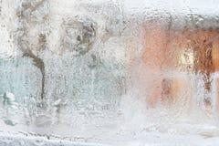 Eisiges Muster auf Glaswinterfenster, Blick durch Glas Lizenzfreies Stockfoto