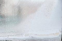 Eisiges Muster auf Glaswinterfenster, Blick durch Glas Stockfotos