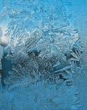 Eisiges Muster auf Scheibe stockfoto