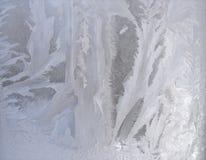 Eisiges Muster auf Scheibe - silberne Eisbeschaffenheit Stockfotos