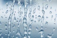 Eisiges Muster des gefrorenen Wassers auf Glasfensteroberfläche strukturierter Hintergrund des Makroansichteises Winterwetterkonz lizenzfreies stockfoto