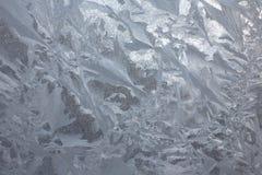Eisiges natürliches Muster auf Winterfenster Stockfotografie