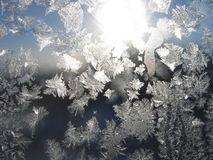 Eisiges natürliches Muster auf Glas Stockfotos