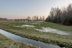 Eisiges Wasser auf den Landgebieten im Winter, Lombardei Lizenzfreies Stockbild