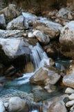 Eisiges Wasser - Glazial- Fluss innen   Stockbilder