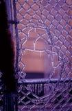 Eisiges Zaun-Loch lizenzfreies stockbild