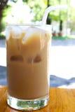 Eiskaffee auf Holztisch Lizenzfreies Stockbild