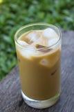 Eiskaffee auf Holztisch Stockfotografie