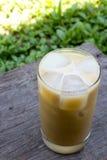 Eiskaffee auf Holztisch Lizenzfreie Stockfotografie