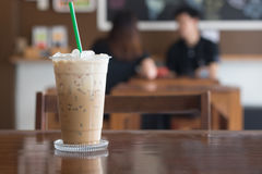 Eiskaffee in der Kaffeestube auf Holztisch Stockbild