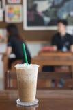 Eiskaffee in der Kaffeestube auf Holztisch Stockfoto