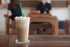 Eiskaffee in der Kaffeestube auf Holztisch Stockbilder