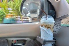 Eiskaffee im Auto lizenzfreie stockfotos