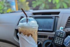 Eiskaffee im Auto stockbild