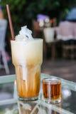 Eiskaffee im Glas mit Sirup Lizenzfreies Stockfoto