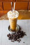 Eiskaffee und Kaffeebohnen stockbild