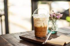 Eiskaffee und -stroh auf hölzerner Tabelle Stockfotografie