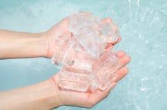 Eiskalte Hände Stockfoto