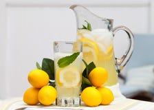Eiskalte Limonade mit Minze Stockfoto