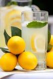 Eiskalte Limonade mit Minze Lizenzfreies Stockbild