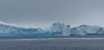 Eisklippen und Packeis, die Antarktis Lizenzfreies Stockfoto