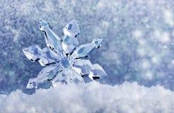 Eiskristall auf Schnee Stockfoto