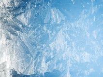 Eiskristalle auf dem Fenster Stockfoto