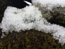 Eiskristalle nach Schneefällen Stockfoto
