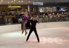 Eiskunstlaufleistung auf Feiertag Galleria-Eismitte Stockfoto