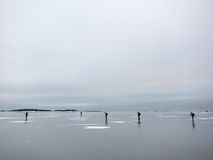 Eislauf auf dünnes Eis im Archipel Lizenzfreie Stockfotos