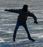 Eislauf auf einen gefrorenen See Lizenzfreies Stockfoto