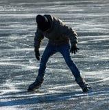 Eislauf auf einen gefrorenen See Lizenzfreie Stockfotografie