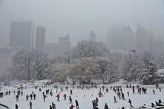 Eislauf in Central Park im Schnee stockfoto