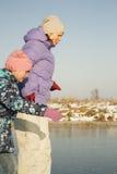 Eislauf der glücklichen Familie im Freien an der Eisbahn Kinder, die abwärts sledding sind Lizenzfreie Stockbilder