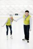 Eislauf des glücklichen Paars Stockfotografie