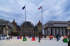 Eislauf im Winter an der quadratischen Reich-ernstlichpiazza in im Stadtzentrum gelegenem Albanien NY Stockbild
