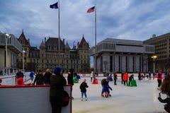 Eislauf im Winter an der quadratischen Reich-ernstlichpiazza in im Stadtzentrum gelegenem Albanien NY Stockfoto