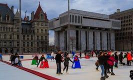 Eislauf im Winter an der quadratischen Reich-ernstlichpiazza in im Stadtzentrum gelegenem Albanien NY Stockfotografie