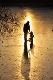 Eislauf, Schattenbild des Kindes Stockfotos