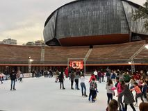 Eislaufeisbahn außerhalb des Auditorium Parco-della Musica in Rom stockfotos
